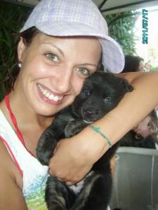 Evelin Floriddia con un cucciolo dato in affidamento