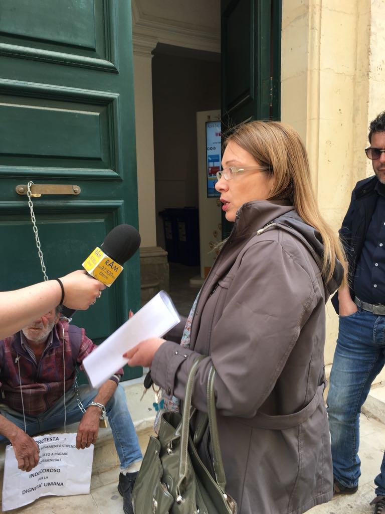 Dipendente comunale incatenato alla porta del comune per for Pagare bolletta enel in ritardo