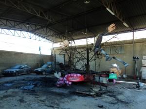 Foto carro bruciato