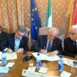 I presidenti Giovanni Miozzi e Nicola Bono firmano il prtocolli  di intesa fra le province di Verona e Siracusa. 20.6.2011-