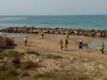 13c - I volontari al lavoro nei pressi di una delle barriere frangiflutti (2)