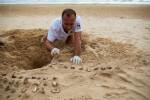 18a - Uno dei volontari al lavoro sullo scavo